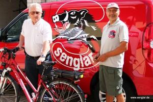 Das ist das offizielle Gewinnerfoto: Gewinner, Senglar-Pedelec und Jochen Treuz