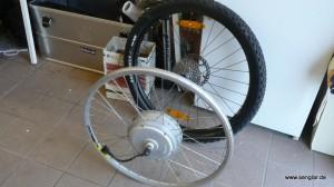 Das erste Hinterrad mit Motor: Mit etwa 8kg noch sehr schwer...