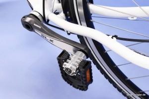 Das umgeklappte Pedal spart Platz und so lassen sich zwei Fahrräder in der Wohnmobilgarage unterbringen