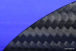 Fast schon Kunst: Carbon im Kontrast zu sattem Blau!