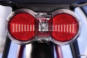 Auch von hinten gut sichtbar: LED-Rücklicht mit Standlichtfunktion