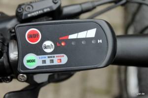 Das LED-Display zeigt es: Die Akkuspannung liegt nun bei etwa 32 Volt