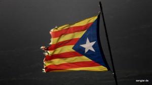 Vom Winde zerzaust: Die katalanische Flagge