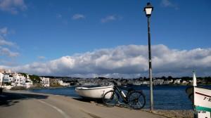 Das Senglar-Trekkingrad vor dem malerischen Hafen von Cadaqués
