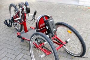 Bei diesem Sopur-Handbike hat der Akku seinen Platz hinter dem Fahrersitz gefunden