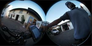 Zunächst liefern die beiden Objektive dieses doppelte 360 Grad-Bild
