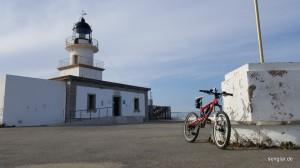 ...findet sich dieser Leuchtturm nur wenig über dem Meeresspiegel!